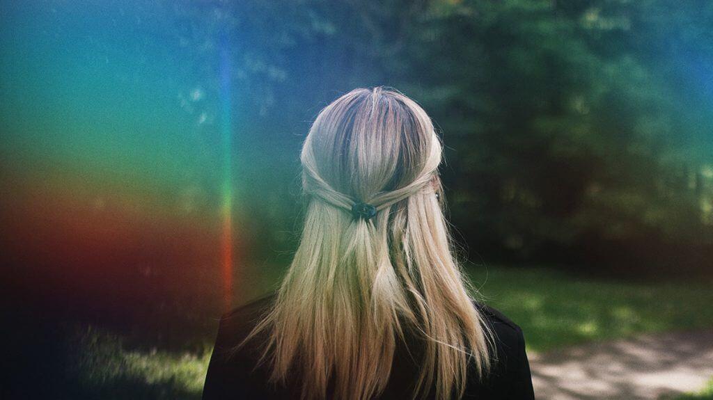 Femme de dos cheveux blond fuites urinaires sport