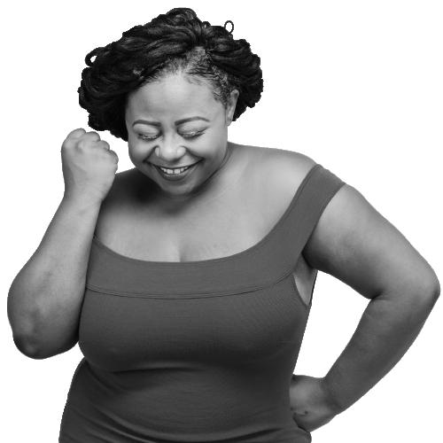 Mujer de color que sonríe con el puño levantado porque ha conseguido acabar con sus pérdidas de orina