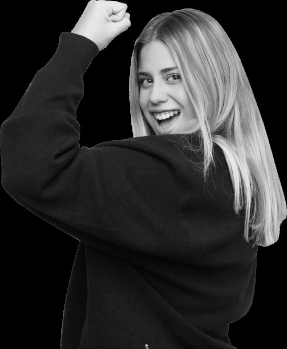 Mujer rubia joven con el el puño levantado. Imagen de una sexualidad plena