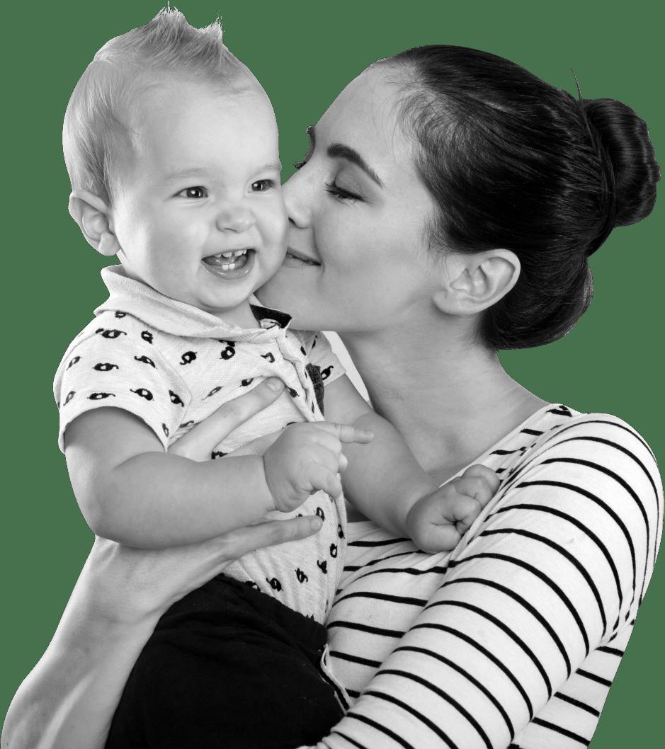 Joven madre en postparto con un niño en brazos