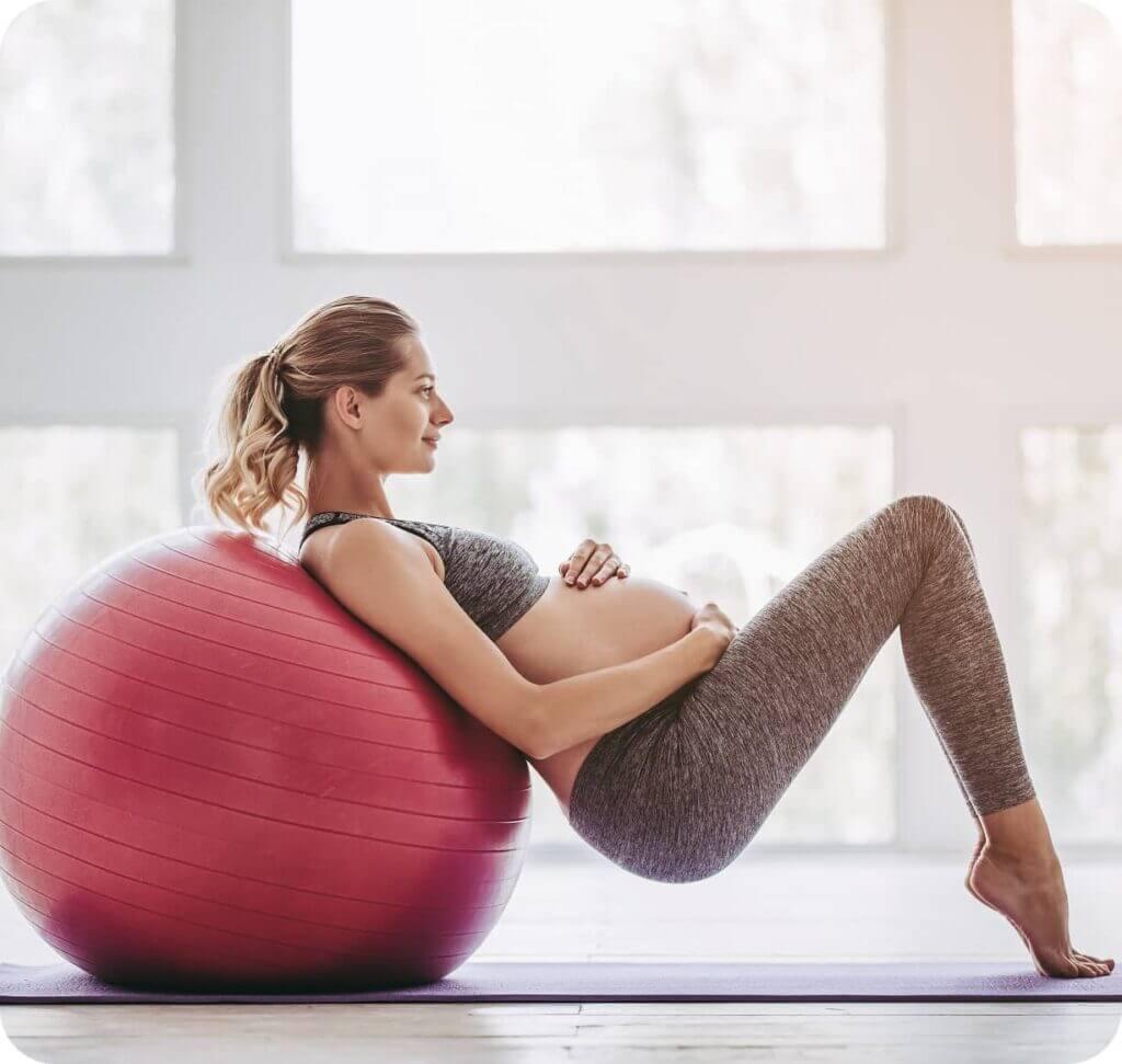 Femme enceinte qui fait du sport fitness