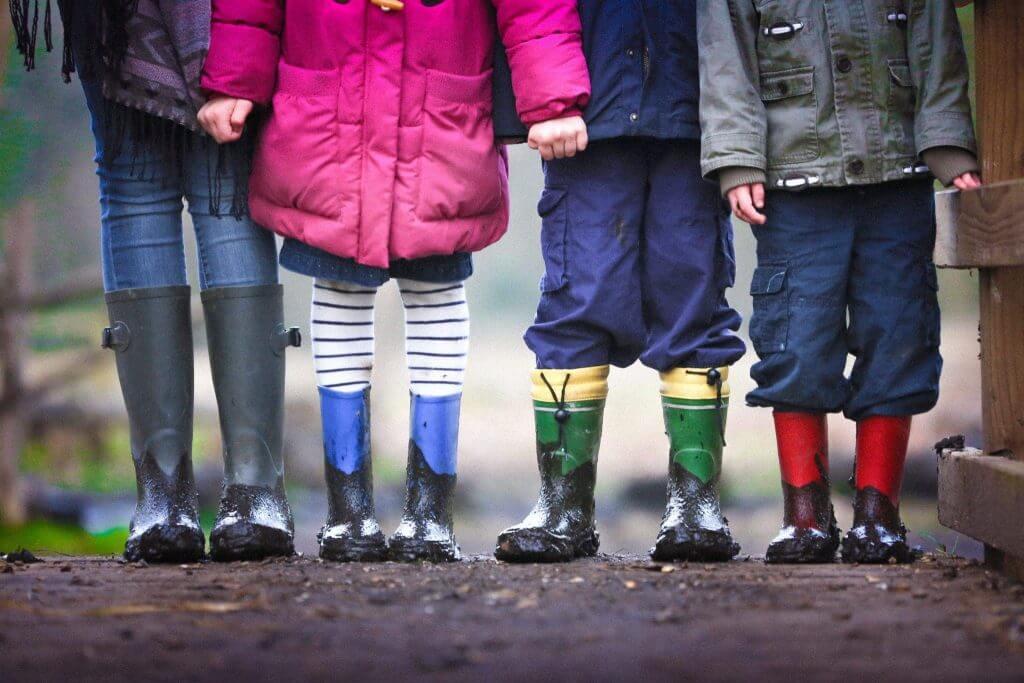 enfants sous la pluie, fuites urinaires femme changement