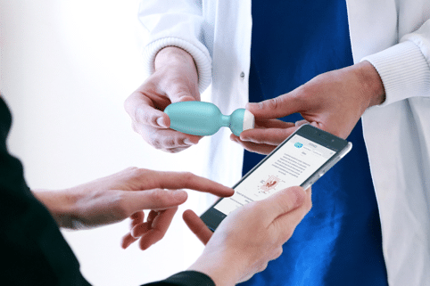 Arzt und Medizinische Fachkraft erklärt Beckenbodentrainer